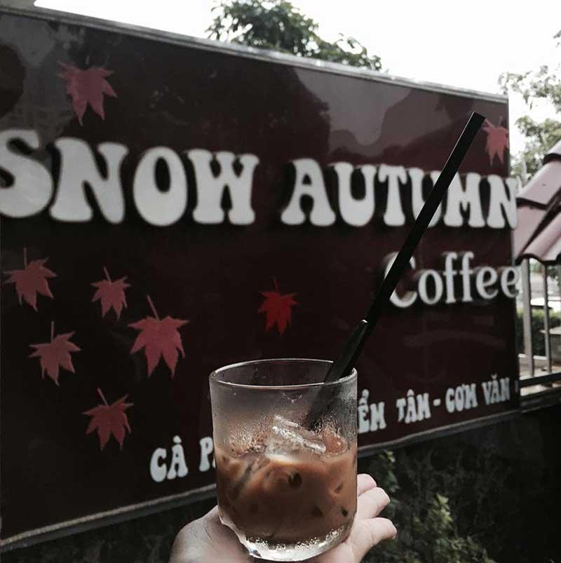 Thưởng thức đồ uống tại Snow Autumn Cafe