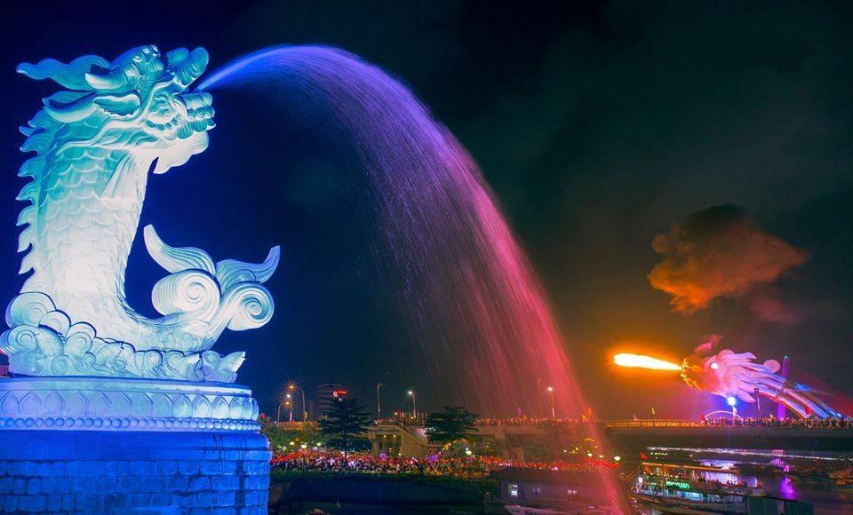 Bức tượng cá chép hóa rồng trong công viên cầu tình yêu