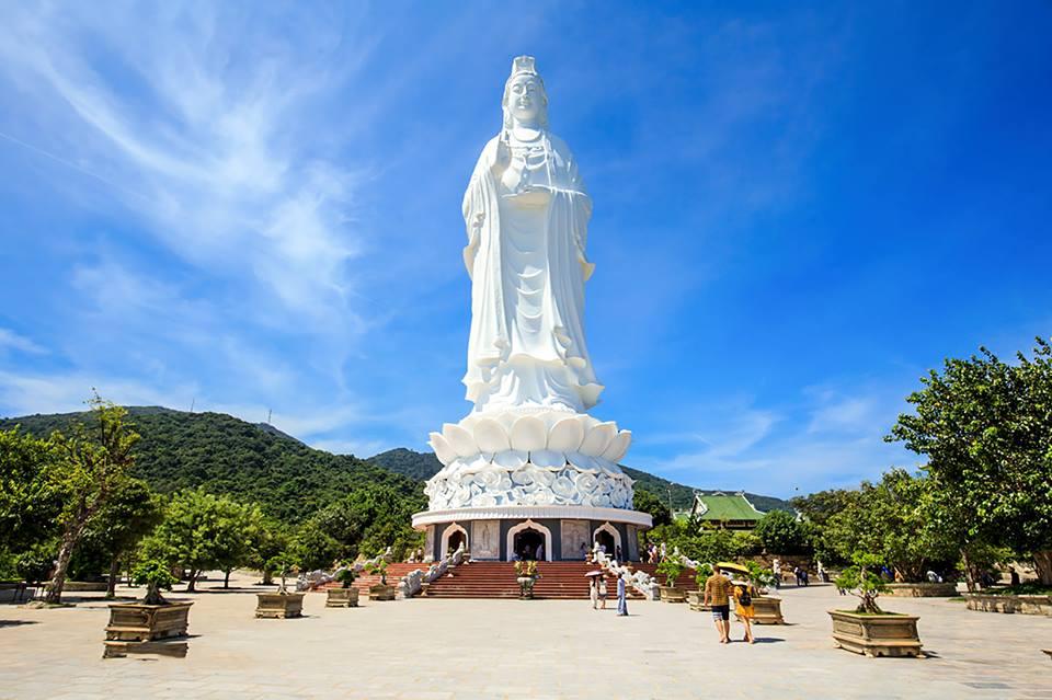 Tượng Phật Quan Âm khổng lồ tại chùa Linh Ứng
