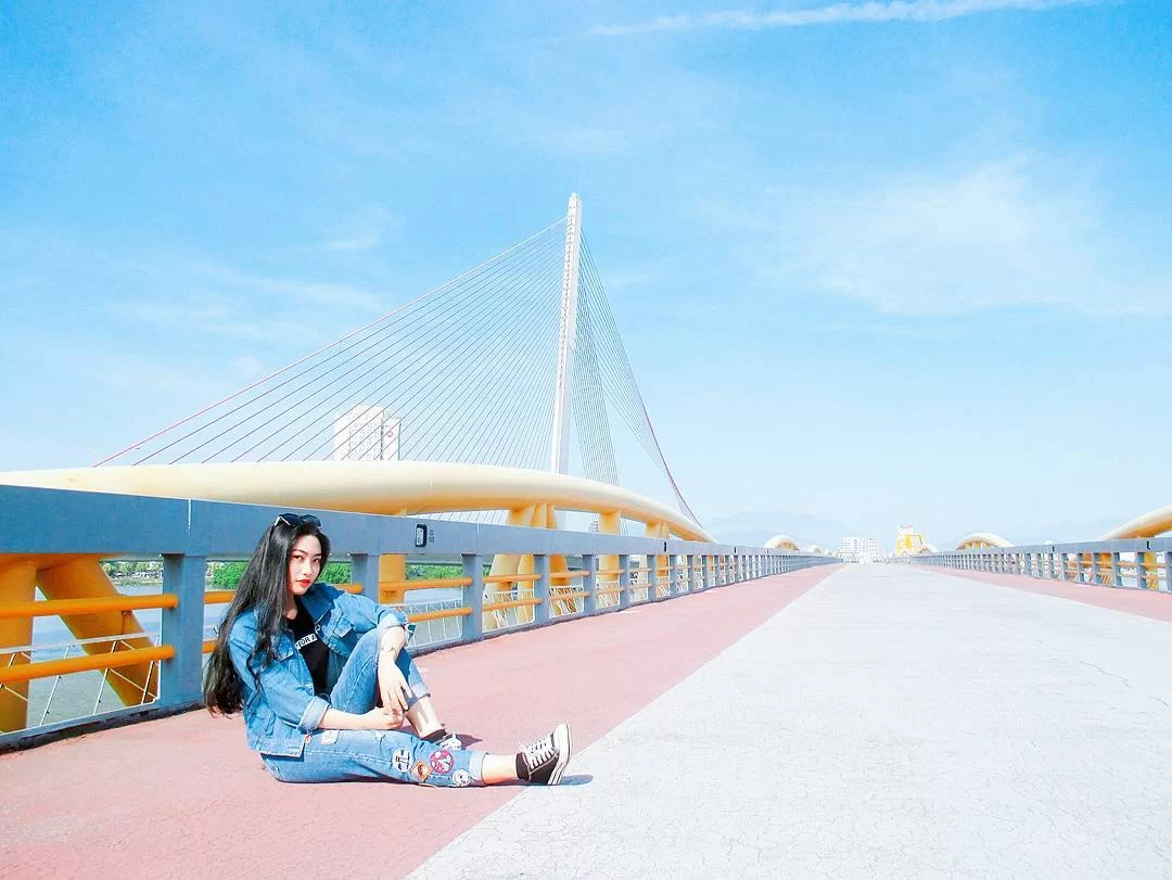 Giới trẻ check-in trên cầu Nguyễn Văn Trỗi