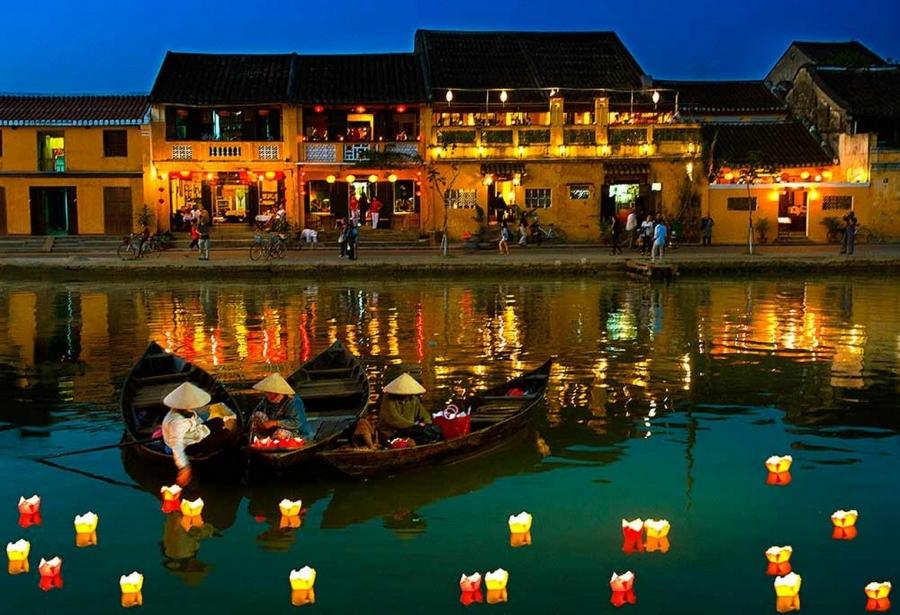 Hoạt động thả đèn trên sông tại phố cổ Hội An