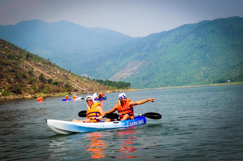 Chèo thuyền trên hồ Đồng Xanh - Đồng Nghệ
