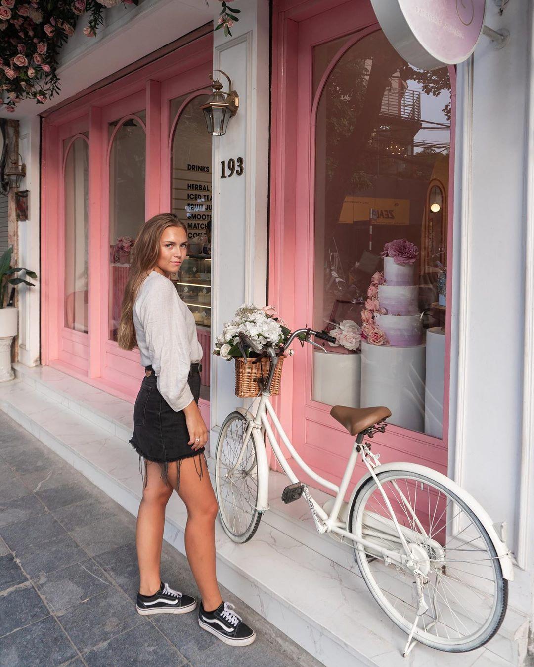 Ngay cả du khách nước ngoài cũng không cưỡng được vẻ đẹp của BAKED by Julie