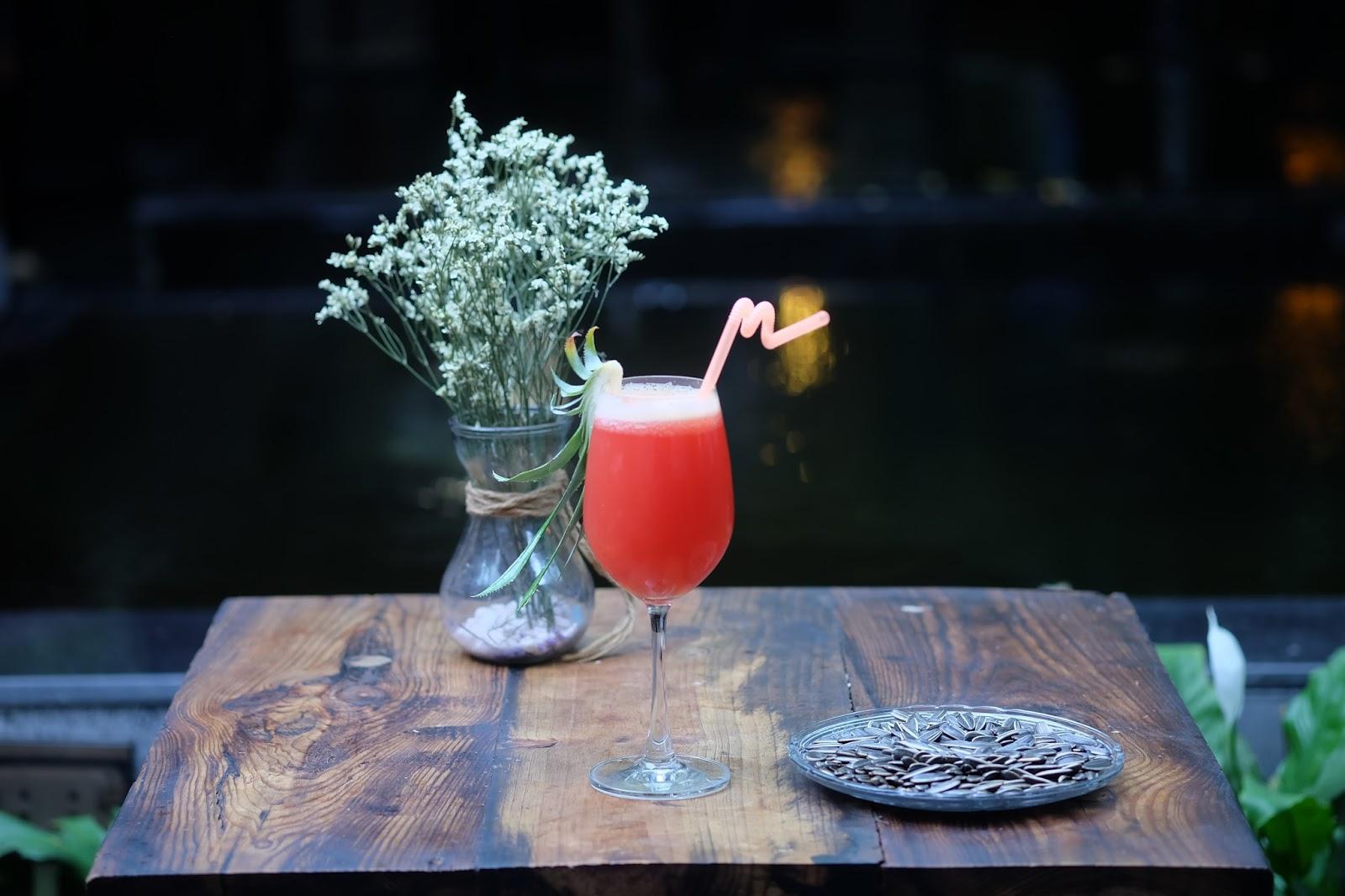 Thưởng thức đồ uống thơm ngon và nhấm nháp vài hạt hướng dương tại new Style
