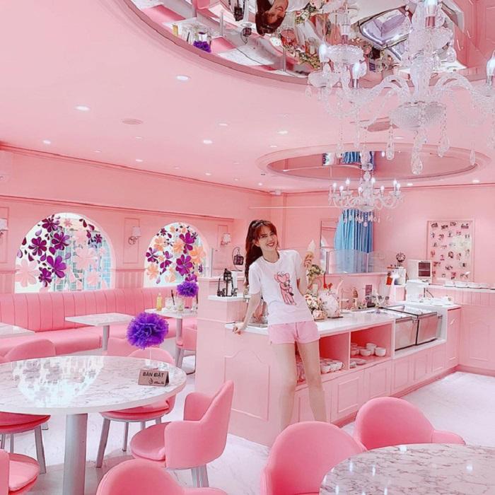 Khám phá quán trà màu hồng cùng Ngọc Trinh