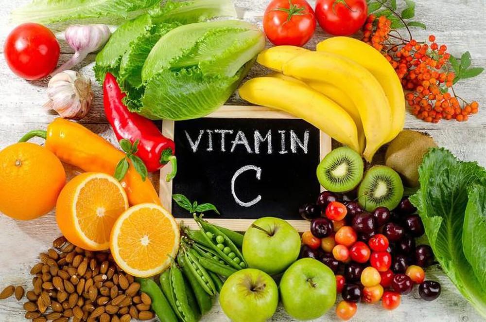 Cho trẻ ăn các loại trái cây họ cam quýt và rau củ nhiều vitamin A, C