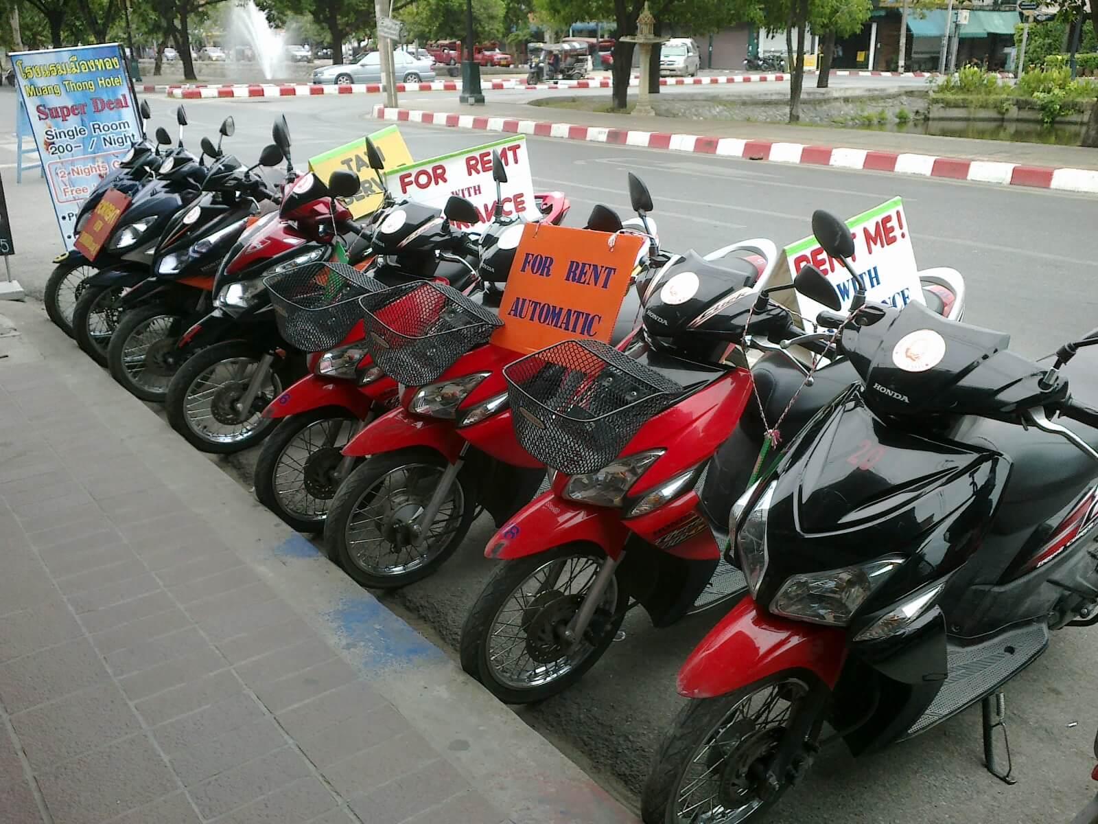 Thuê xe máy ở cửa hàng trên đường Nguyễn Văn Linh