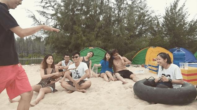 Tổ chức cắm trại trên bãi cát tại Hồ Tràm
