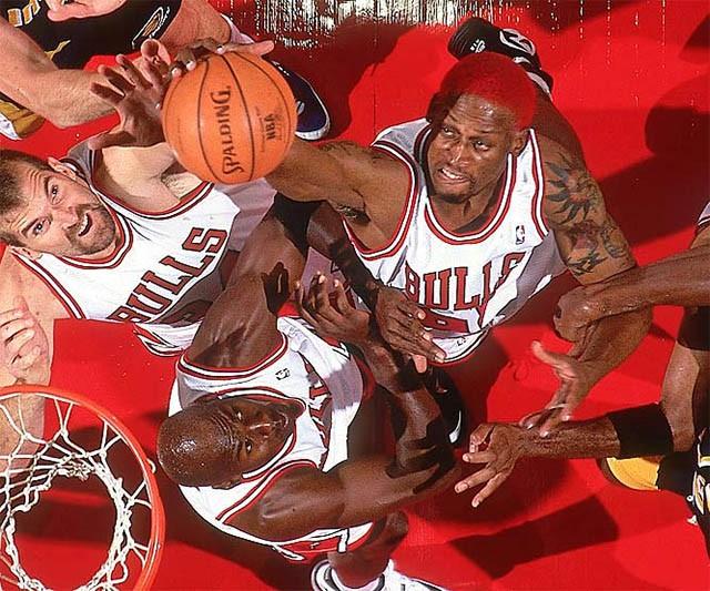 Tay bóng Rodman trong mái tóc đỏ với nhiều pha bóng y hệt Hanamichi