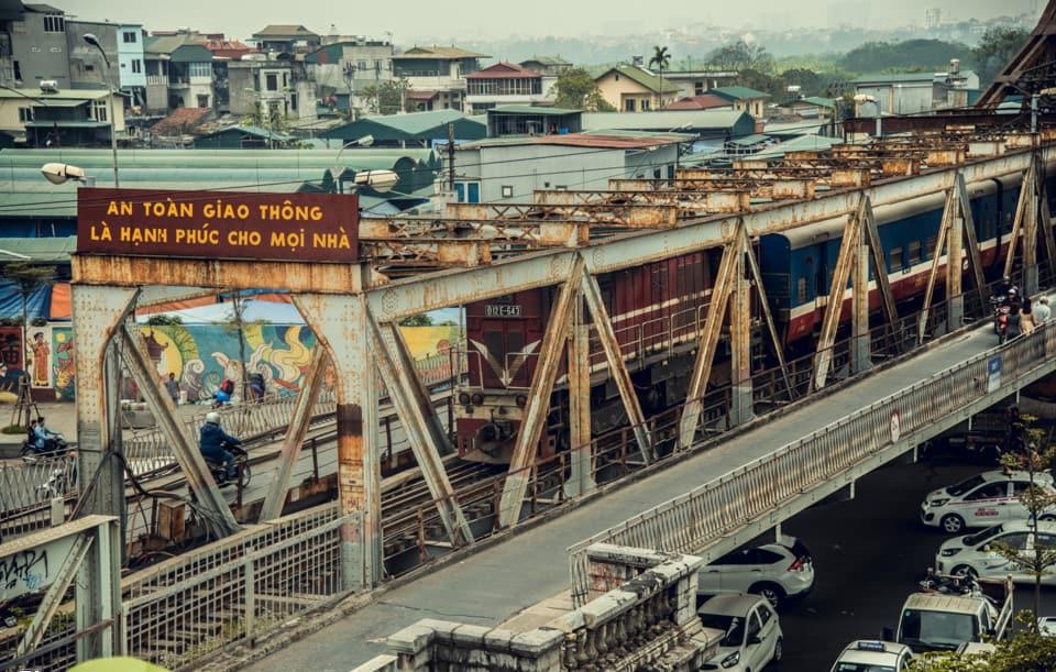 Cầu Long Biên bắc qua sông Hồng